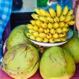 Bananes et noix de coco sur un marché de Balinese Image libre de droits