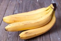 Bananes fraîches sur le fond en bois Photo libre de droits