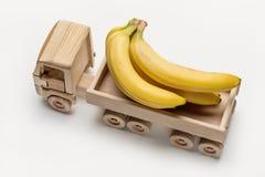 Bananes mûres dans le camion en bois de jouet Photos libres de droits