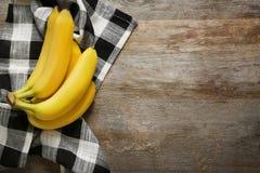 Bananes mûres sur le fond Photos libres de droits
