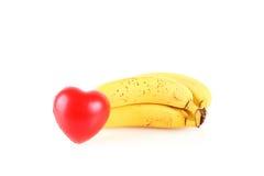 Bananes mûres avec la forme de coeur d'isolement sur le blanc Photo libre de droits