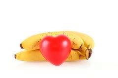 Bananes mûres avec la forme de coeur d'isolement sur le blanc Image libre de droits