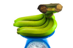 Bananes sur la machine de pesage Image stock