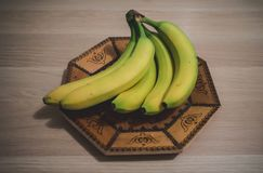 Bananes sur la table en bois, dans une cuvette images stock