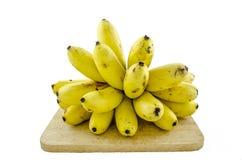 Bananes sur le bois d'isolement sur le fond blanc Photo stock