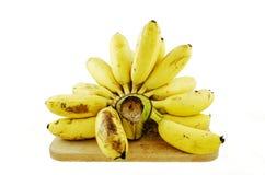 Bananes sur le bois d'isolement sur le fond blanc Photos stock