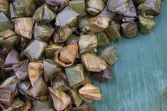 Bananes thaïlandaises de nourriture de rue avec du riz collant Khao Tom Mat ou Khao Tom Pad Image stock