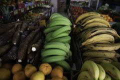 Bananes vertes et jaunes dans le magasin de fruit photo libre de droits