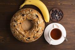 Banankaka med blåbär och sädesslag Royaltyfria Foton