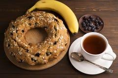 Banankaka med blåbär och sädesslag Royaltyfria Bilder
