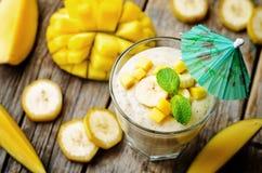Bananmangosmoothie Fotografering för Bildbyråer