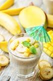 Bananmangosmoothie Arkivbild