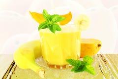 Bananmangosmoothie med stevia och mintkaramellen Royaltyfria Bilder