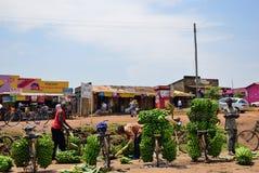 Bananmarknad i slumkvarteret av Kampala, Uganda, Afrika royaltyfri fotografi