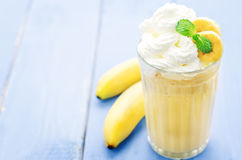 Bananmilkshake med piskad kräm Arkivfoto