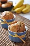 Bananmuffin i keramisk bakningform Royaltyfri Foto
