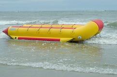 Bananowa łódź przy mirt plażą Zdjęcia Royalty Free