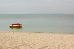 Bananowa łódź na plaży Zdjęcia Royalty Free