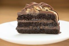 bananowego karmelu czekoladowy tort smakowity deliciouse deser na bielu Zdjęcia Royalty Free