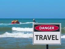 Bananowej łodzi przejażdżka z turystami i niebezpieczeństwo podróż podpisujemy na plaży fotografia royalty free