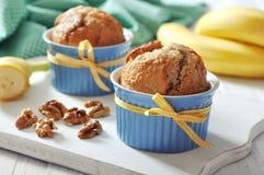 Bananowi muffins w ceramicznej pieczenie foremce Fotografia Stock