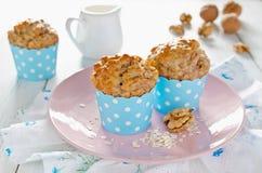 Bananowi muffins z oatmeal i dokrętkami Obrazy Stock