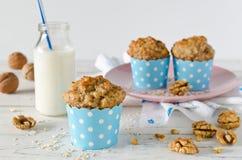 Bananowi muffins z oatmeal i dokrętkami Zdjęcia Royalty Free