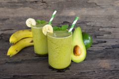 Bananowi soku, avocado smoothies i piją zdrowego, wyśmienicie smak w szkle dla ciężar straty na drewnianym tle, zdjęcie royalty free