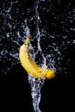 bananowy świeży dostaje uderzenia strumienia wodę Obrazy Royalty Free