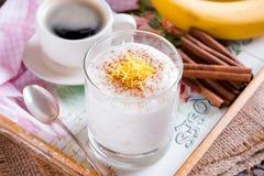 Bananowy i miodowy jogurt dla zdrowego śniadania Zdjęcie Royalty Free