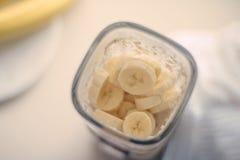 bananowy kakaowy smoothie - zdrowy łasowanie przepis projektował pojęcie fotografia royalty free
