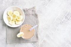 Bananowy milkshake, odgórny widok obrazy royalty free