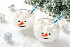 Bananowy milkshake z bezami w szkłach w formie śmieszny śnieg Zdjęcia Royalty Free