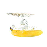 Bananowy pluśnięcie na wodzie, odosobnionej Zdjęcia Stock