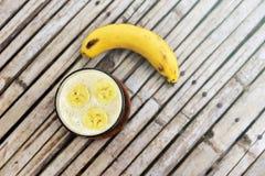 Bananowy Smoothie na drewnianym tle Odgórny widok Obrazy Stock