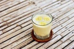 Bananowy smoothie w szkle na drewnianym tle Obraz Royalty Free
