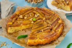 Bananowy tarta tarte tatin z karmelem i orzechami włoskimi Obrazy Royalty Free