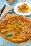 Bananowy tarta tarte tatin z karmelem i orzechami włoskimi Obraz Royalty Free