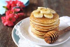 Bananpannkakor med honung och caramelized bananer Arkivfoto