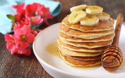 Bananpannkakor med honung och caramelized bananer Royaltyfria Foton