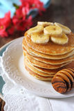 Bananpannkakor med honung och caramelized bananer Royaltyfria Bilder