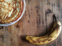 Bananpannkakor med honung på en platta Arkivfoton