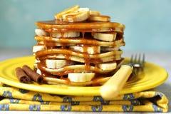 Bananpannkakor med karamell för en frukost Royaltyfria Bilder