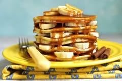 Bananpannkakor med karamell för en frukost Royaltyfri Foto