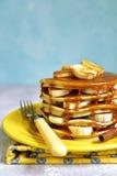 Bananpannkakor med karamell för en frukost Arkivbilder