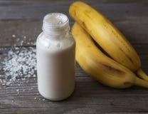 Banansmoothie på träbakgrund arkivfoton