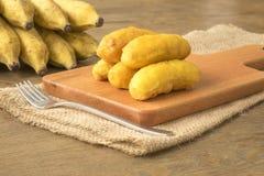 Bananstruvor på träskärbräda Royaltyfri Fotografi
