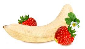 Banany i truskawki odizolowywający obraz royalty free