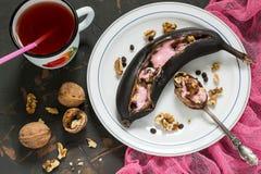 Banany piec na grillu z czekoladowymi kroplami i marshmallow obraz stock