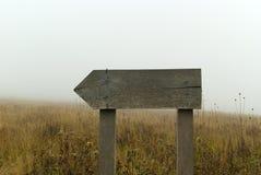 Banapekare i dimman Arkivfoto